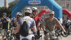Kiew/Ukraine-Juni, 1 2019 Gruppe Radfahrer in der Sportkleidung und Fahrradsturzhelme, die an der Fahrradparade sprechen Radfahre stock video