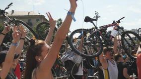 Kiew/Ukraine-Juni, 1 2019 junge glückliche Menschen, die oben Fahrräder halten und an der Fahrradparade lächeln Radfahrenkonzept stock video