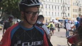 Kiew/Ukraine-Juni, 1 junger Reiter des Fahrrades 2019 in der Sonnenbrille sprechend mit Freundin an Radfahrenparade stock video
