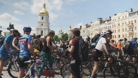 Kiew/Ukraine-Juni, 1 junger weiblicher Radfahrer 2019 reitet Fahrrad Teilnehmer nehmen an der Fahrradparade teil Fahrradtag in Ki stock video