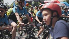 Kiew/Ukraine-Juni, 1 2019 Nahaufnahme der Fahrradpolizei Junge Männer in der Polizeiuniform auf Fahrrädern Männer der Fahrradpoli stock footage
