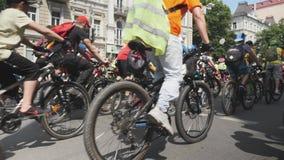 Kiew/Ukraine-Juni, 1 2019 Teilnehmer Parade reiten Fahrräder Nahe hohe Ansicht der Radfahrenparade Radfahrer reiten Fahrräder in  stock video