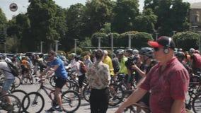 Kiew/Ukraine-Juni, 1 2019 Teilnehmer Radfahrenparade fahren auf Fahrräder im Stadtzentrum Radfahrer, die auf Fahrradparadest. war stock video footage