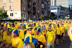 KIEW, UKRAINE - 11. JUNI: Zujubelnde Schweden-Fans gehen zu Stadion befo Stockbilder