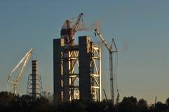 Kiew, Ukraine Kran an einer Baustelle Kamin und Rauch Lizenzfreies Stockfoto