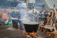 kiew ukraine Am 19 Leute, die an im Lager kochen stockbilder