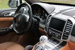 Kiew, Ukraine; Am 3. März 2015; Autosalon Porsche Cayenne Neues Auto Fahrzeuganteile an Film lizenzfreie stockfotografie