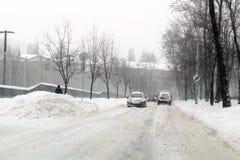 Kiew, Ukraine - 1. März 2018 Schwere Schneefälle, Frost und Blizzard in Osteuropa Autos auf Asphalt Anormaler Frost und Wetter an Lizenzfreies Stockfoto