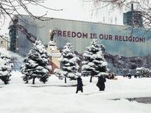 Kiew, Ukraine, am 3. März 2018 Unabhängiges Quadrat Leuteweg durch die Stadt durch Schneewehen Lizenzfreies Stockfoto
