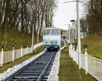 Kiew, Ukraine - 8. März 2016: Weißer funikulärer Zug, der unten kommt Lizenzfreies Stockfoto