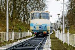 Kiew, Ukraine - 8. März 2016: Weißer funikulärer Zug, der unten kommt Lizenzfreies Stockbild