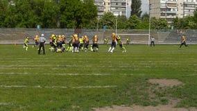 Kiew, Ukraine - 20. Mai 2017: Das Fußballteam spielt das Spiel und der Spieler fängt den Ball stock video