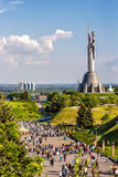 KIEW, UKRAINE - 9. MAI: Das Mutterlands-Monument alias Rodina-Mat, verziert mit rotem Mohnblumenblumenkranz auf Sieg Lizenzfreies Stockfoto