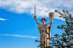 KIEW, UKRAINE - 9. MAI: Das Mutterlands-Monument alias Rodina-Mat, verziert mit rotem Mohnblumenblumenkranz auf Sieg Lizenzfreie Stockbilder