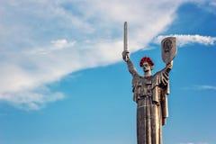 KIEW, UKRAINE - 9. MAI: Das Mutterlands-Monument alias Rodina-Mat, verziert mit rotem Mohnblumenblumenkranz auf Sieg Stockfoto