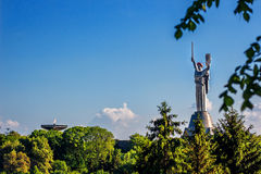 KIEW, UKRAINE - 9. MAI: Das Mutterlands-Monument alias Rodina-Mat, verziert mit rotem Mohnblumenblumenkranz auf Sieg Lizenzfreies Stockbild