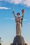 KIEW, UKRAINE - 9. MAI: Das Mutterlands-Monument alias Rodina-Mat, verziert mit rotem Mohnblumenblumenkranz auf Sieg Stockfotografie