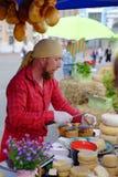 KIEW, UKRAINE - 19. MAI 2018: Der Verkäufer des Käses an der traditionellen Straßenmesse einer Vielzahl der natürlichen Bioproduk Lizenzfreie Stockbilder