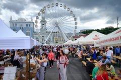 KIEW, UKRAINE - 19. MAI 2018: Die traditionelle Straßenmesse einer Vielzahl der natürlichen Bioprodukte Ferris Wheel Stockbild