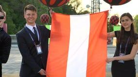 KIEW, UKRAINE - 7. MAI 2017: Kerl und ein Mädchen halten die Flagge von Österreich an der Eröffnungsfeier Eurovision stock video footage