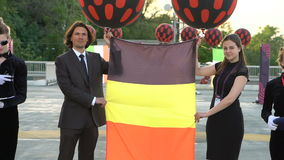 KIEW, UKRAINE - 7. MAI 2017: Kerl und ein Mädchen halten die Flagge von Rumänien an der Eröffnungsfeier Eurovision stock video