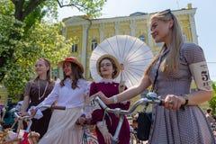 Kiew, Ukraine - am 12. Mai 2018: Mädchen in einem Retro- zur Kleidung - der Teilnehmer eines retrorace lizenzfreie stockbilder