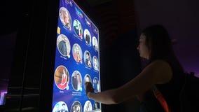 KIEW, UKRAINE - 1. MAI 2017: Mädchen steht vor dem Smartbrett und den Rollen durch die Liste stock video