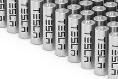 KIEW, UKRAINE - Mai, 17: Reihen der zylinderf?rmigen Lithium-Ionen-Batterie mit Tesla-Logo f?r Tesla-Auto-Zellen verpacken Akkumu lizenzfreies stockbild