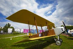 KIEW, UKRAINE - 10. MAI 2019: Rotes Retro- Flugzeug im Luftfahrtmuseum stockfotografie