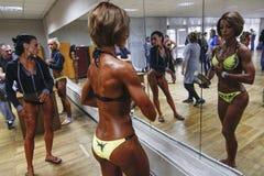 KIEW, UKRAINE - 7. November 2015: Bodybuilder bilden Bühne hinter dem Vorhang, während der Schale von Kiew von Bodybuilding aus Lizenzfreie Stockfotos