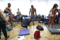 KIEW, UKRAINE - 7. November 2015: Bodybuilder bilden Bühne hinter dem Vorhang, während der Schale von Kiew von Bodybuilding aus Stockfotos