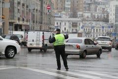 Kiew, Ukraine - 29. November 2017 Polizist reguliert Verkehr an den Kreuzungen in Kiew, Ukraine Stockfotografie