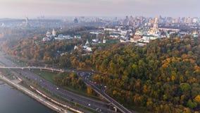 KIEW, UKRAINE am 19. Oktober 2017: Flug über dem Damm der Stadt von Kiew, Ukraine stock video footage