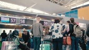 KIEW, Ukraine - 2. OKTOBER 2018 Zeitlupe-Familientouristen und -leute, die Anwäter für Abfertigung an warten stock video footage