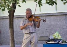 Kiew, Ukraine - 19. September 2015: Blinder Musiker spielt die Violine Lizenzfreie Stockfotos