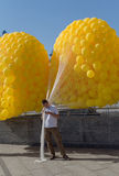 Kiew, Ukraine - 20. September 2015: Mann, der Ballone bevor dem Laufen hält Lizenzfreie Stockfotos