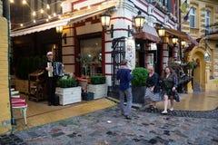 Kiew, Ukraine - 9. September 2018: Völker gehen am Abend auf Andrew-` s Abfall-Straße lizenzfreies stockfoto