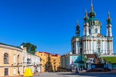 KIEW, UNKRAINE - 8. JUNI 2012: St- Andrew` s Kirche auf Andrew Descent in Kiew lizenzfreie stockbilder