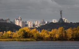 Kiew von der linken Bank des Dnieper-Herbsttages Stockbild