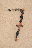 Kiezelsteen 7 aantal op zand selectieve nadruk Stock Foto