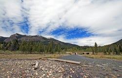 Kiezelsteenkreek onder cumuluscirrus cloudscape in Lamar Valley in het Nationale Park van Yellowstone in Wyoming de V.S. Stock Foto