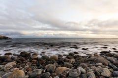 Kiezelsteenkust bij Gehesen, Tromoy in Arendal, Noorwegen Raet Nationaal Park Lange Blootstelling royalty-vrije stock foto