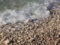 Kiezelsteenkustlijn op Adriatische Overzees royalty-vrije stock afbeeldingen