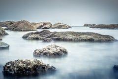 Kiezelsteenrotsen op strand Royalty-vrije Stock Afbeelding