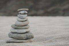 Kiezelsteenstapel op de kust Zen Concept van Concentratie en Ontspanning Royalty-vrije Stock Afbeeldingen