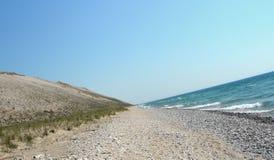 Kiezelsteenstrand bij de Grote Meren in een V-vormige hoek Stock Afbeelding