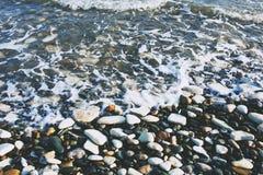 Kiezelsteenstrand en golven Royalty-vrije Stock Foto's