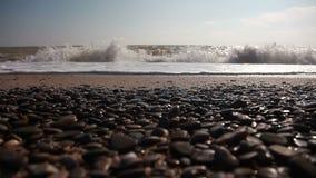 Kiezelsteenstrand en golven stock videobeelden