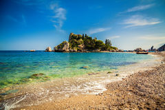Kiezelsteenstrand Isola Bella in Taormina royalty-vrije stock afbeelding