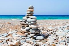 Kiezelsteentoren op het strand van Mikro Seitani Stock Afbeelding